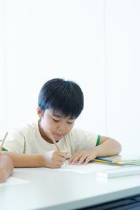 勉強する小学生の写真素材 [FYI04092598]