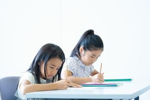勉強する小学生の写真素材 [FYI04092601]