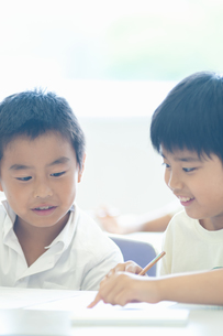 友達と問題を確認する小学生の写真素材 [FYI04092603]