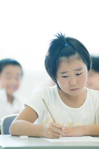 勉強する小学生の写真素材 [FYI04092605]