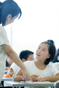 先生に教わる小学生の写真素材 [FYI04092606]