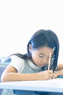 勉強する小学生の写真素材 [FYI04092607]