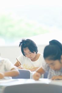 勉強する小学生の写真素材 [FYI04092608]