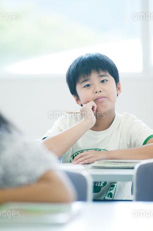 考える小学生の写真素材 [FYI04092609]