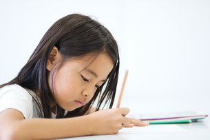 勉強する小学生の写真素材 [FYI04092612]