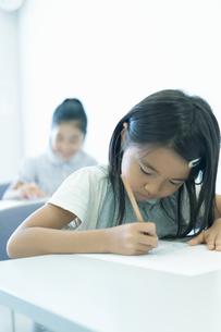 勉強する小学生の写真素材 [FYI04092613]