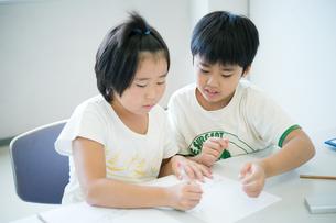 テストの採点をする小学生の写真素材 [FYI04092614]