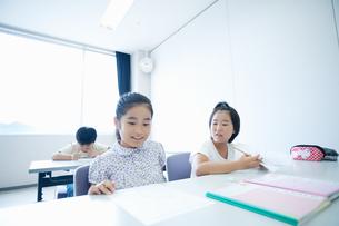 勉強する小学生の写真素材 [FYI04092624]