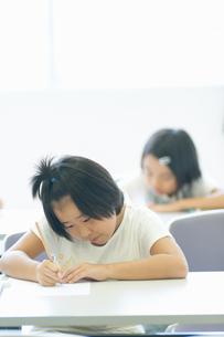 勉強する小学生の写真素材 [FYI04092627]