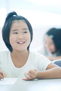 勉強する小学生の写真素材 [FYI04092631]