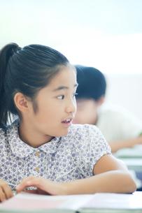 勉強する小学生の写真素材 [FYI04092632]