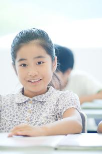 勉強する小学生の写真素材 [FYI04092633]