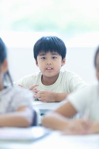 勉強する小学生の写真素材 [FYI04092634]