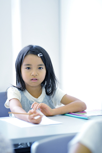 勉強する小学生の写真素材 [FYI04092635]
