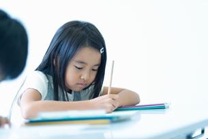 勉強する小学生の写真素材 [FYI04092636]