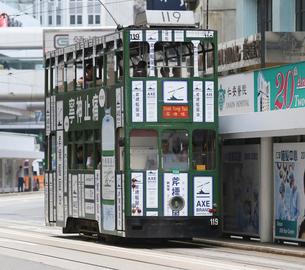 香港の街を行く路面電車トラム。英国植民地時代から走り続けるの写真素材 [FYI04092637]