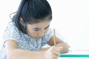 勉強する小学生の写真素材 [FYI04092641]