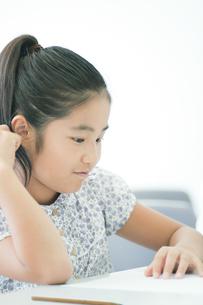 勉強する小学生の写真素材 [FYI04092642]