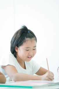 勉強する小学生の写真素材 [FYI04092643]