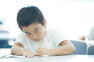 勉強する小学生の写真素材 [FYI04092644]
