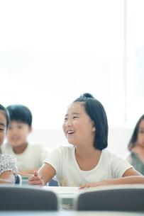 勉強する小学生の写真素材 [FYI04092645]