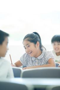 勉強する小学生の写真素材 [FYI04092648]