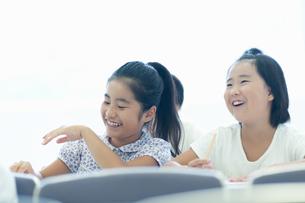 勉強する小学生の写真素材 [FYI04092649]