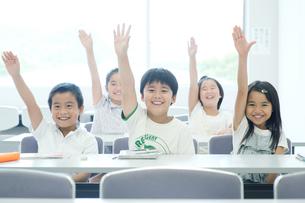挙手をする小学生たちの写真素材 [FYI04092651]