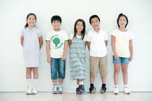 並んで立つ五人の小学生の写真素材 [FYI04092653]