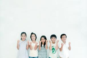 ガッツポーズをする五人の小学生の写真素材 [FYI04092656]