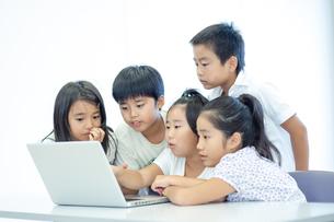 ノートPCを見て笑う五人の小学生の写真素材 [FYI04092663]