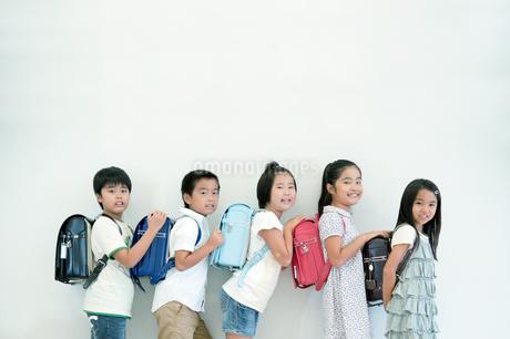 ランドセルを持って横向きに並ぶ小学生の写真素材 [FYI04092664]
