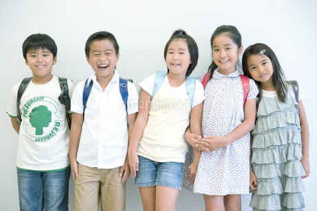 並んで立つ五人の小学生の写真素材 [FYI04092665]