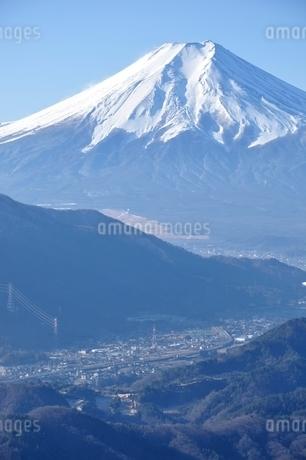 富士と麓の街の写真素材 [FYI04092681]