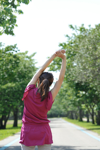 ストレッチをする女性の写真素材 [FYI04092714]