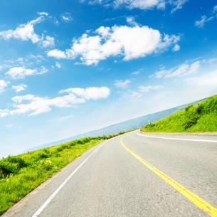 高原の道路の写真素材 [FYI04092715]