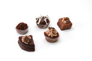 白バックのチョコケーキの写真素材 [FYI04092855]