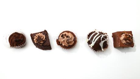 白バックのチョコケーキの写真素材 [FYI04092856]