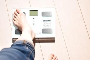 体重計に載った女性の左足の写真素材 [FYI04092964]