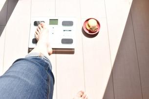 体重計に載った女性の左足の写真素材 [FYI04092968]