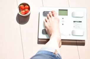 体重計に載った女性の左足の写真素材 [FYI04092971]