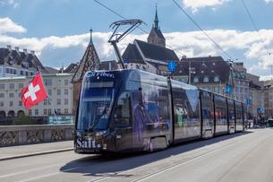 スイス、バーゼルのトラムの写真素材 [FYI04093023]