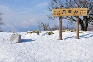 雪の丹沢山山頂の写真素材 [FYI04093052]