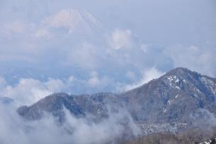 雲わく冬の山稜の写真素材 [FYI04093066]