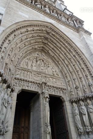 パリのシテ島、ノートルダム寺院の入口の写真素材 [FYI04093190]