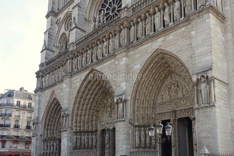 パリのシテ島、ノートルダム寺院の門の写真素材 [FYI04093192]