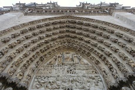 パリのシテ島、ノートルダム寺院の門の写真素材 [FYI04093196]