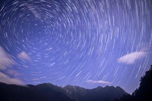 穂高連峰と星空の写真素材 [FYI04093319]