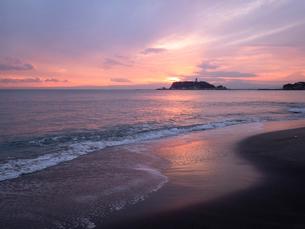 夕暮れに、鎌倉・稲村ヶ崎にて江ノ島を望むの写真素材 [FYI04093323]