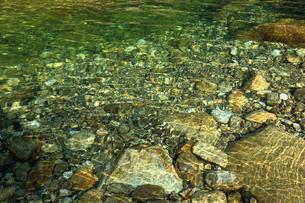 7月 抜群の透明度を誇る紀伊半島の銚子川の写真素材 [FYI04093348]